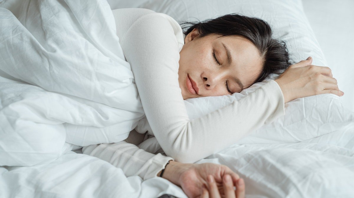 How to Relax Before Bed with a Sleep Routine