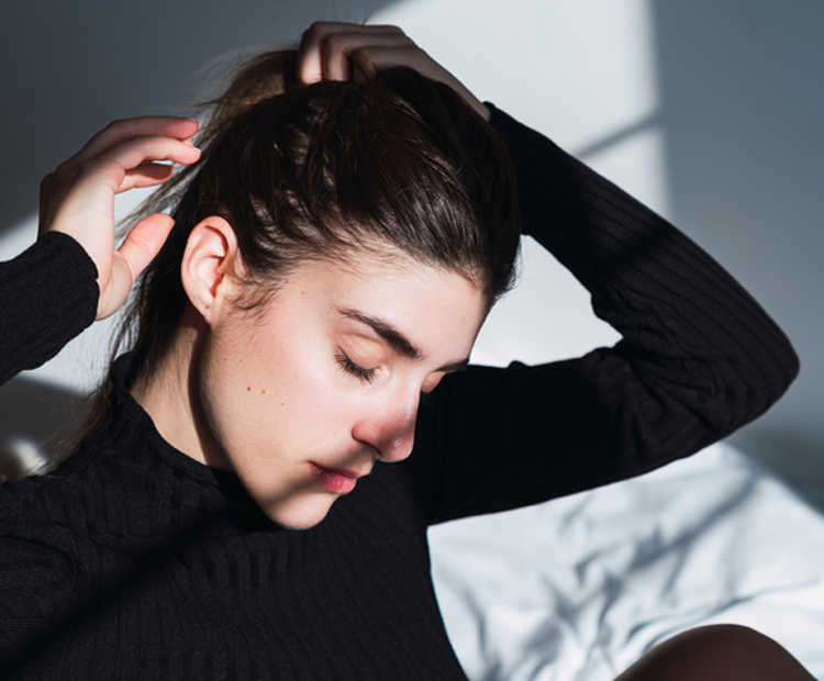 Woman putting her hair in a ponytail