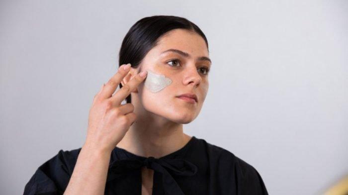 Routine visage du soir pour les peaux à tendance acnéique