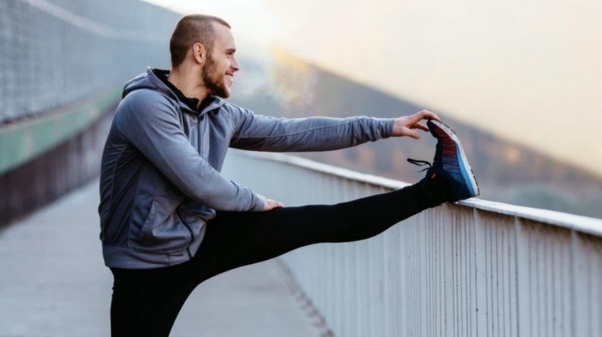 homme s'étirant après l'entraînement - comment atteindre ses objectifs?
