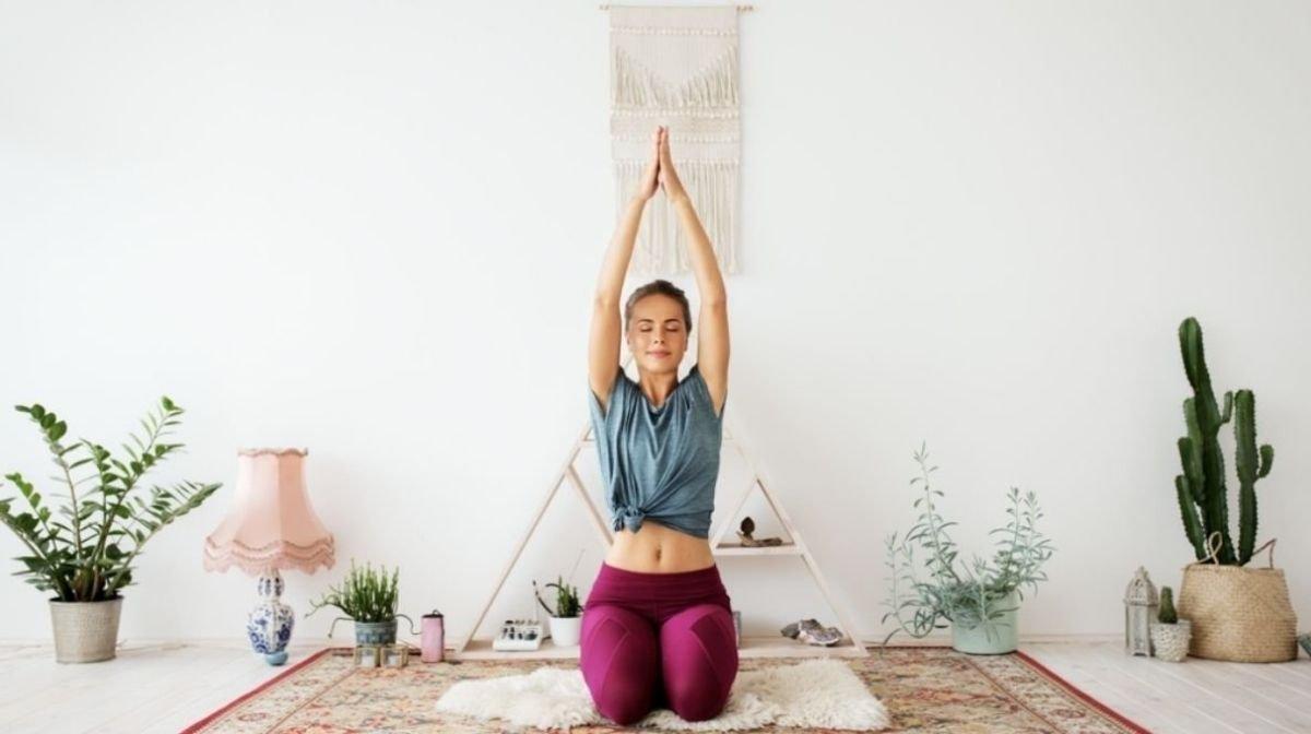 femme faisant du yoga à la maison - santé et bien-être