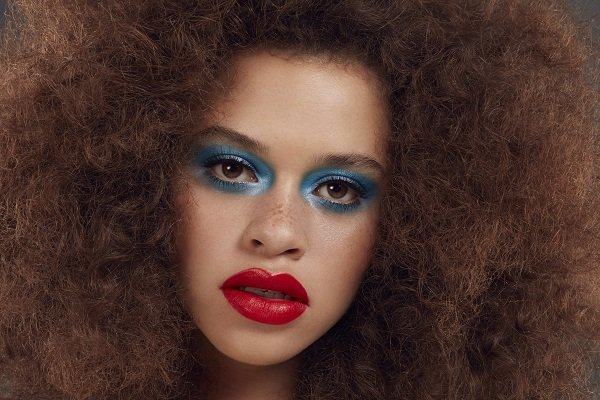 FEELING BLUE? HOW TO DO THE BLUE EYE MAKEUP LOOK THIS SUMMER