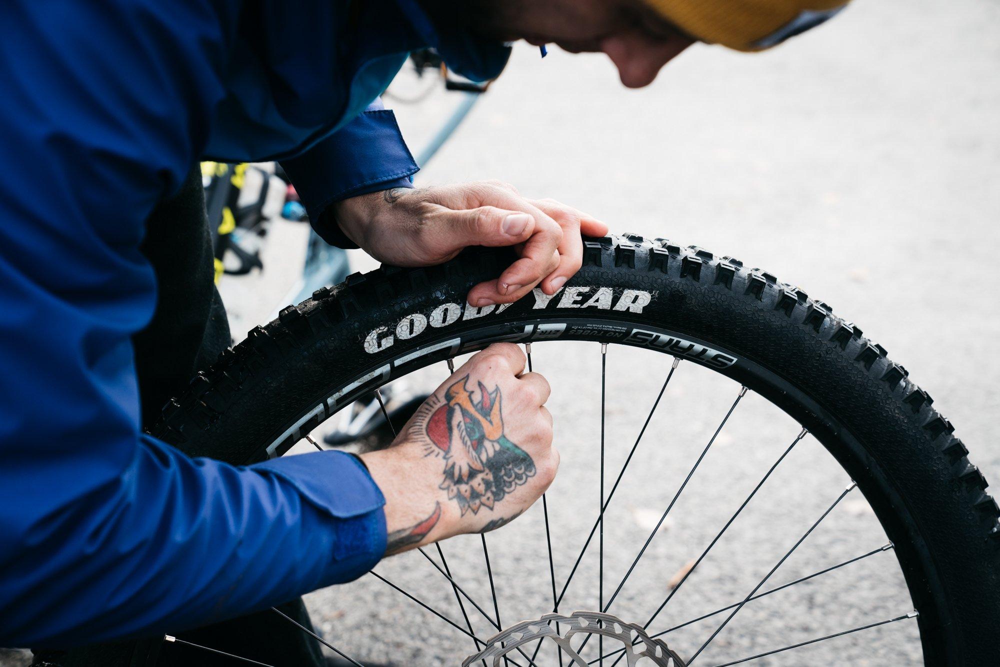 Clincher Tires vs Tubeless Tires