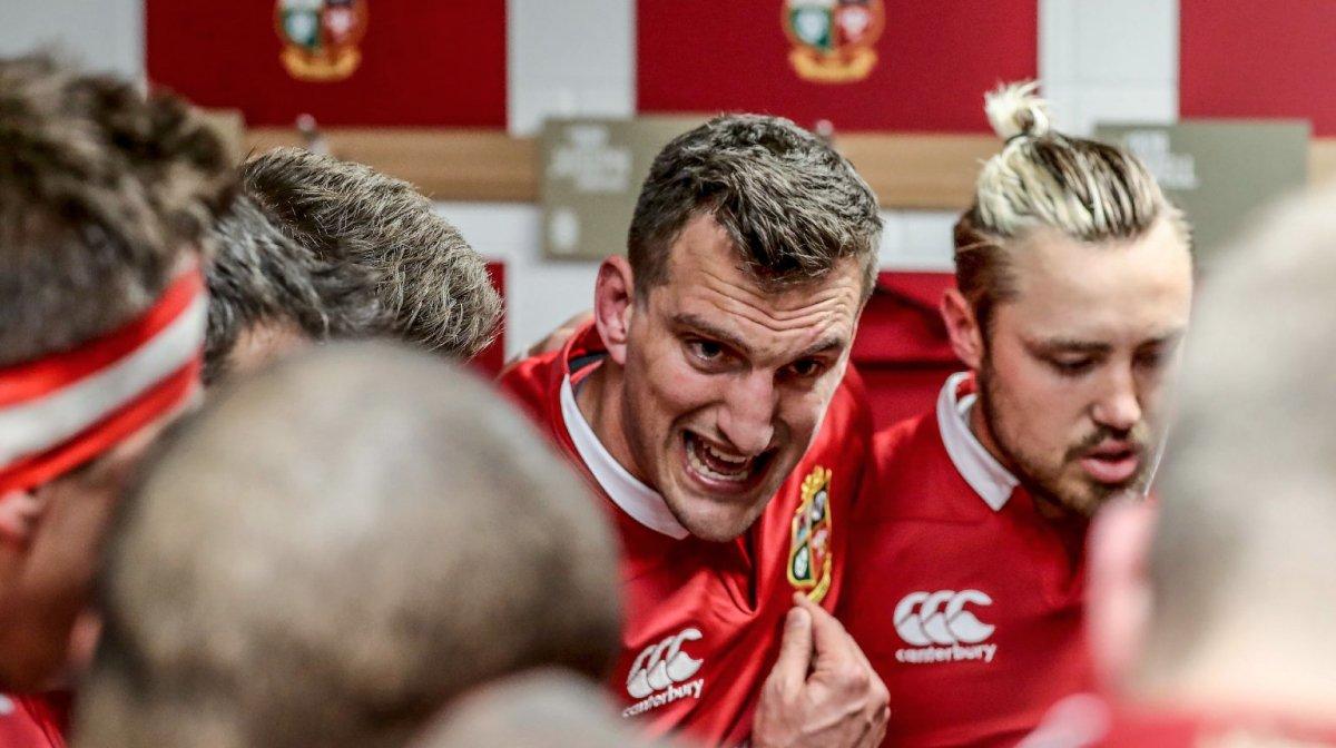Sam Warburton delivers team-talk to Lions team