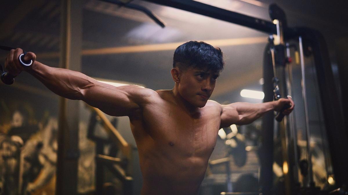 Γιατί μια χρόνια ασθένεια δεν θα σταματήσει ποτέ αυτόν τον πρωταθλητή Bodybuilding; | Forever Fit
