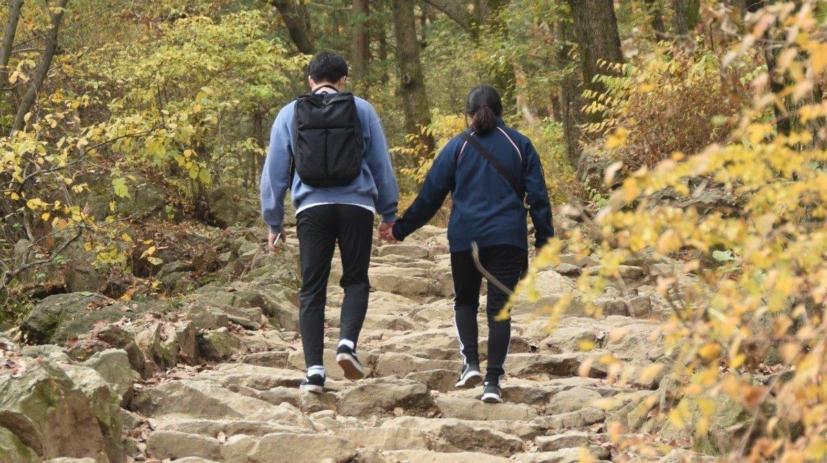 Σύμφωνα με μια νέα μελέτη το περπάτημα με τον σύντροφό σου θα μπορούσε να σε επιβραδύνει