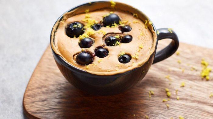 Vegan Blueberry Mug Cake με αρκετή πρωτεΐνη