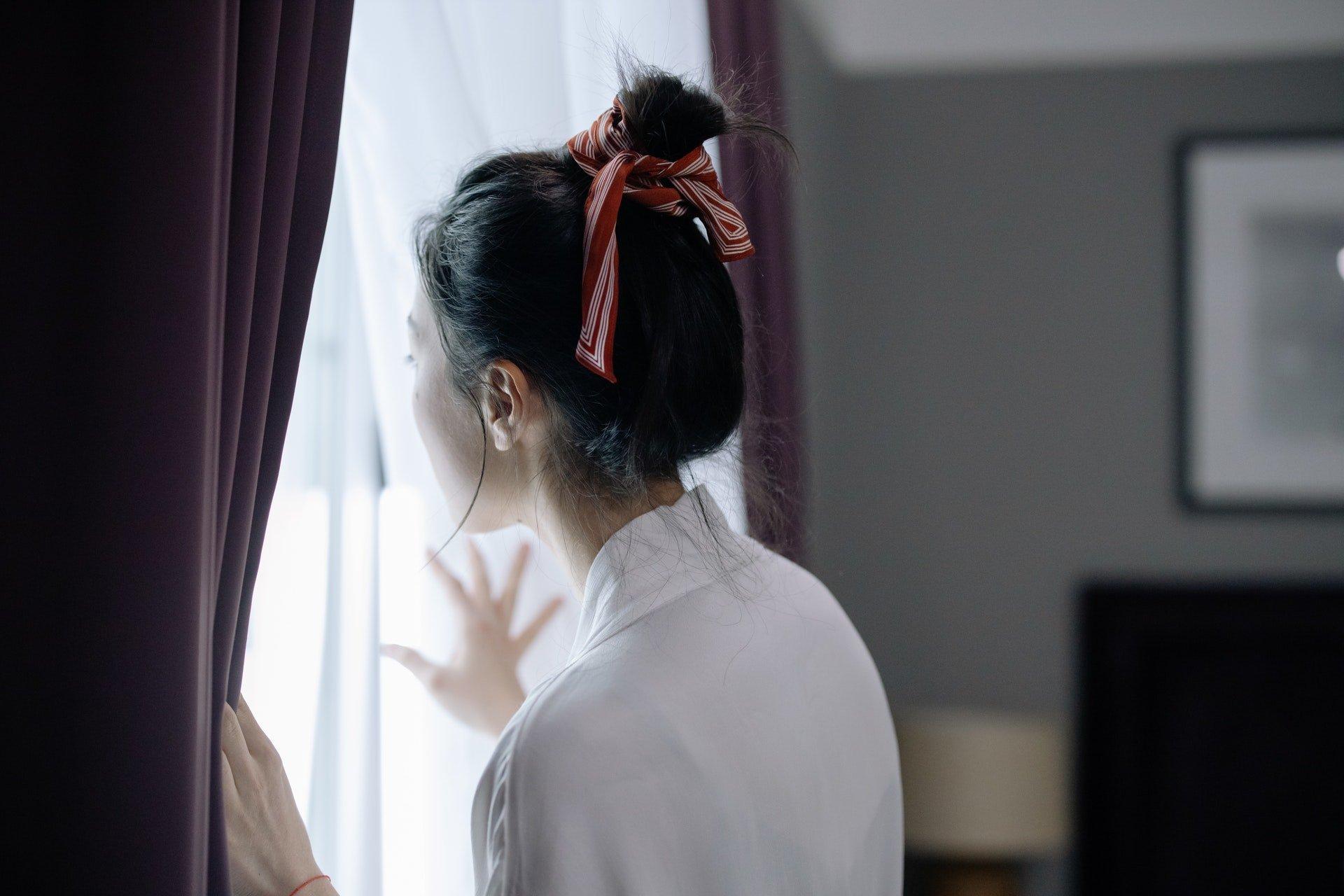 Frau mit Haarschleife