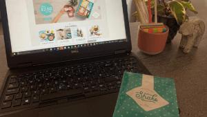 Home Office Situation - Laptop, Exante Shake und Dekoration