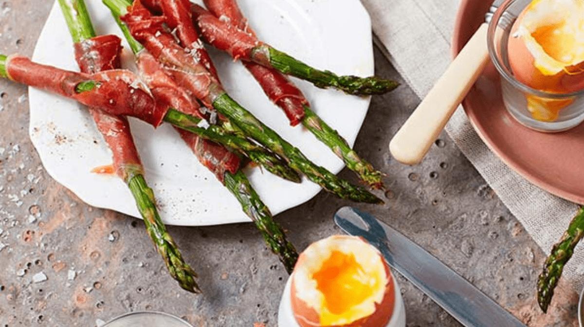 Spargel im Parmaschinken-Mantel mit weichgekochten Eiern
