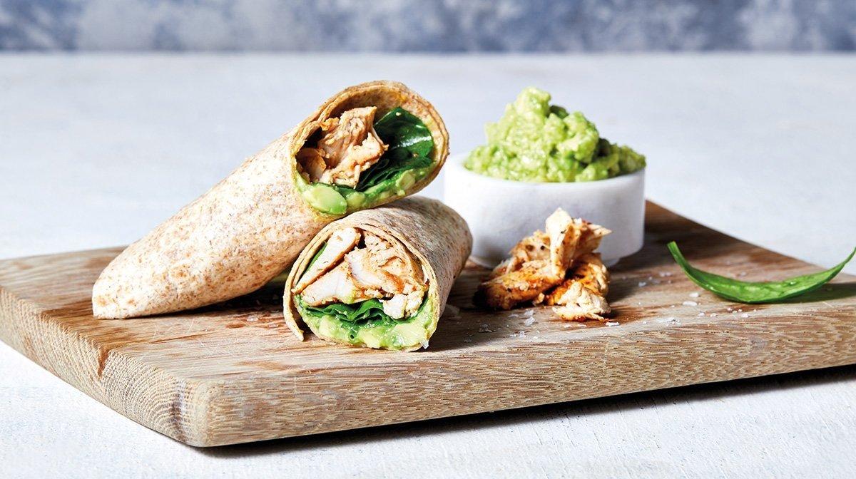 Gesundes Mittagessen: Avocado und Hühnchen Vollkorn Wraps