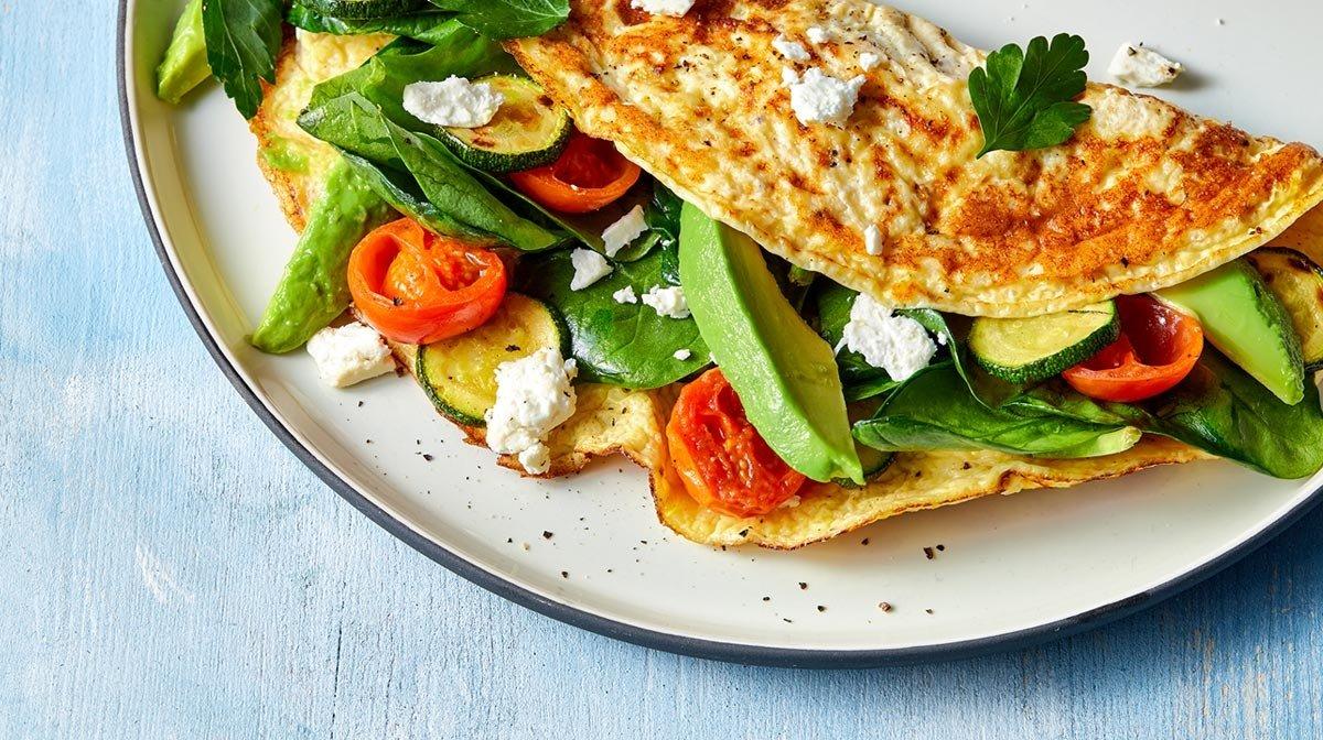 Gesundes Frühstück: Französisches Omelett mit Oliven und Fetakäse