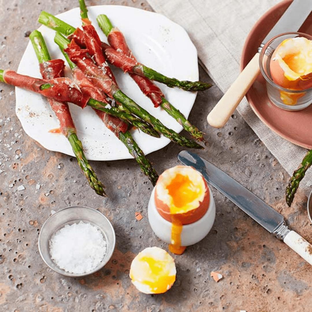 Espárragos envueltos en jamón de Parma con huevos cocidos