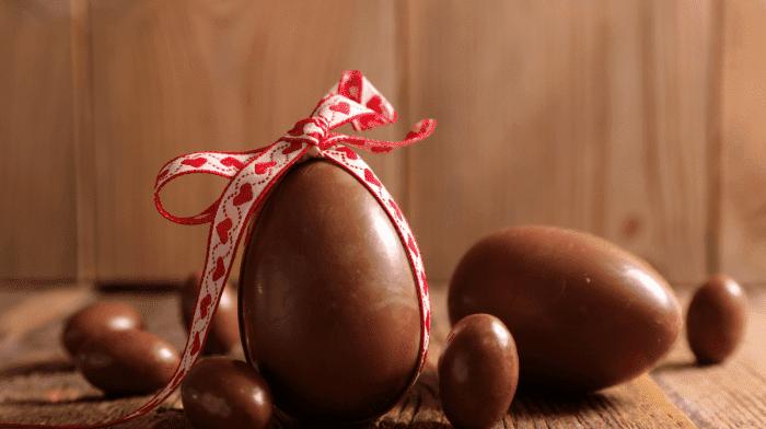 Huevos de pascua de chocolate y coco