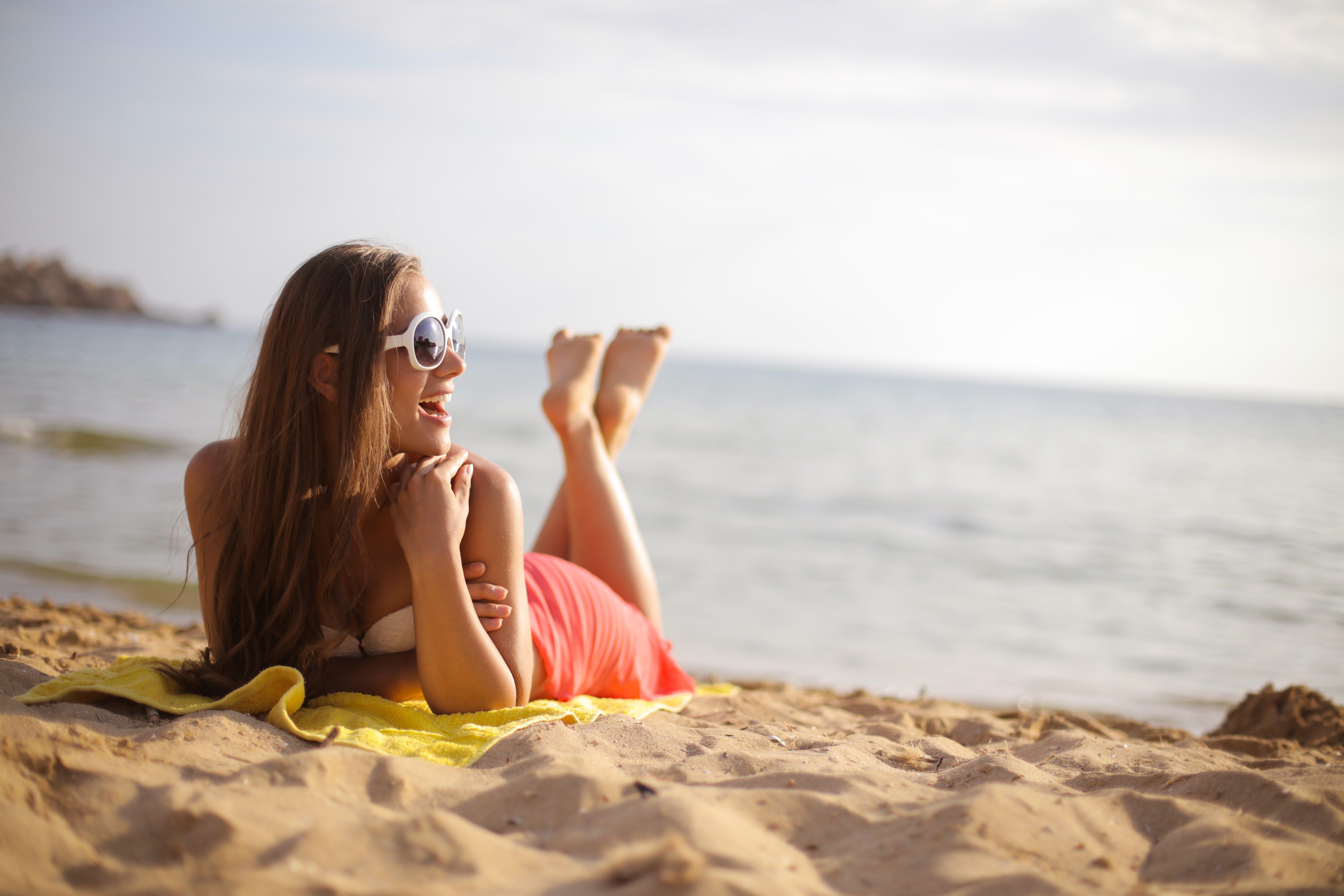 Come mantenere l'abbronzatura il più a lungo possibile? Tutti i segreti e prodotti top da non perdere!