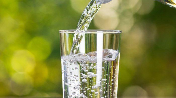 Cât de multă apă ar trebui să beau într-o zi?