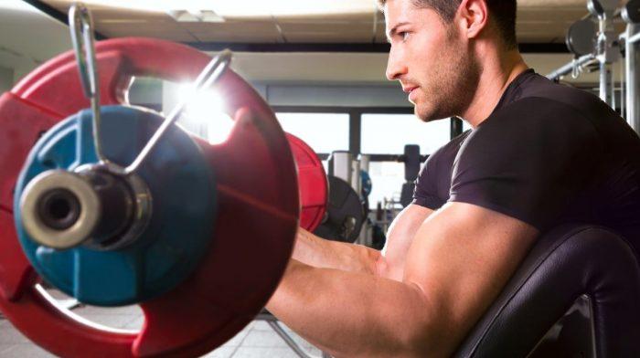 Cum se execută flexiile concetrate pentru biceps – Myprotein Blog