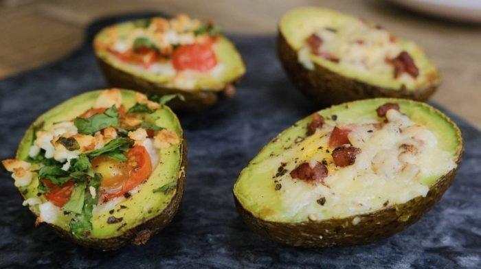 Bagt avocado med æg og smeltet ost