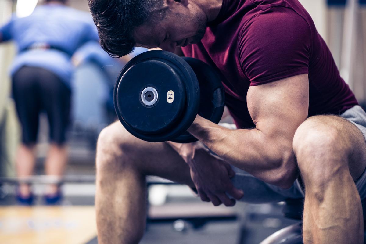 Få større arme med disse 13 armøvelser