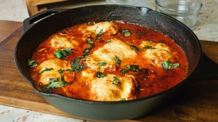 Cheasy kylling pot med tomat & basilikum