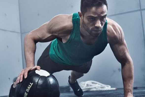7 лучших упражнений на плечи ДОМА (С ВИДЕО)
