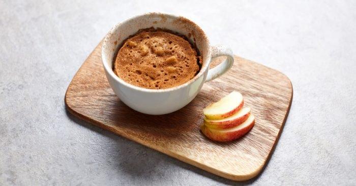 Яблочный кекс в кружке с протеином и пряностями