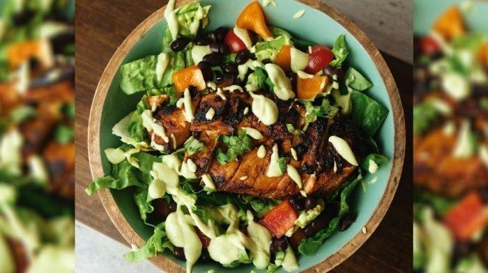Свежа салата от пиле със сос 'Chipotle' | Как да си приготвите вкусна лятна храна