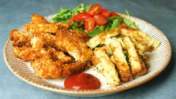 Пикантни пилешки крилца с пържени картофки от тиквички