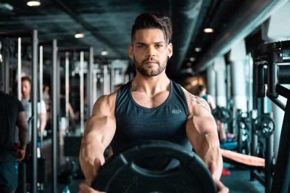 筋肉の強さと美しさを求めるパワー ビルダー|定義とスプリットトレーニング、ワークアウトルーチンを徹底解説