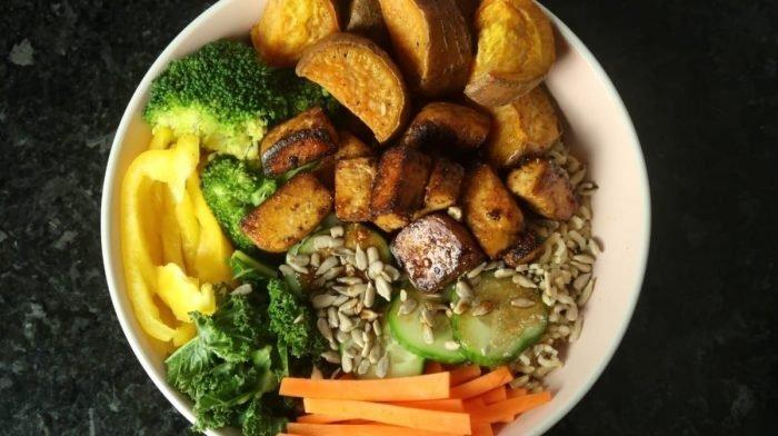 Vegaaninen tofu-bataatti buddha bowl