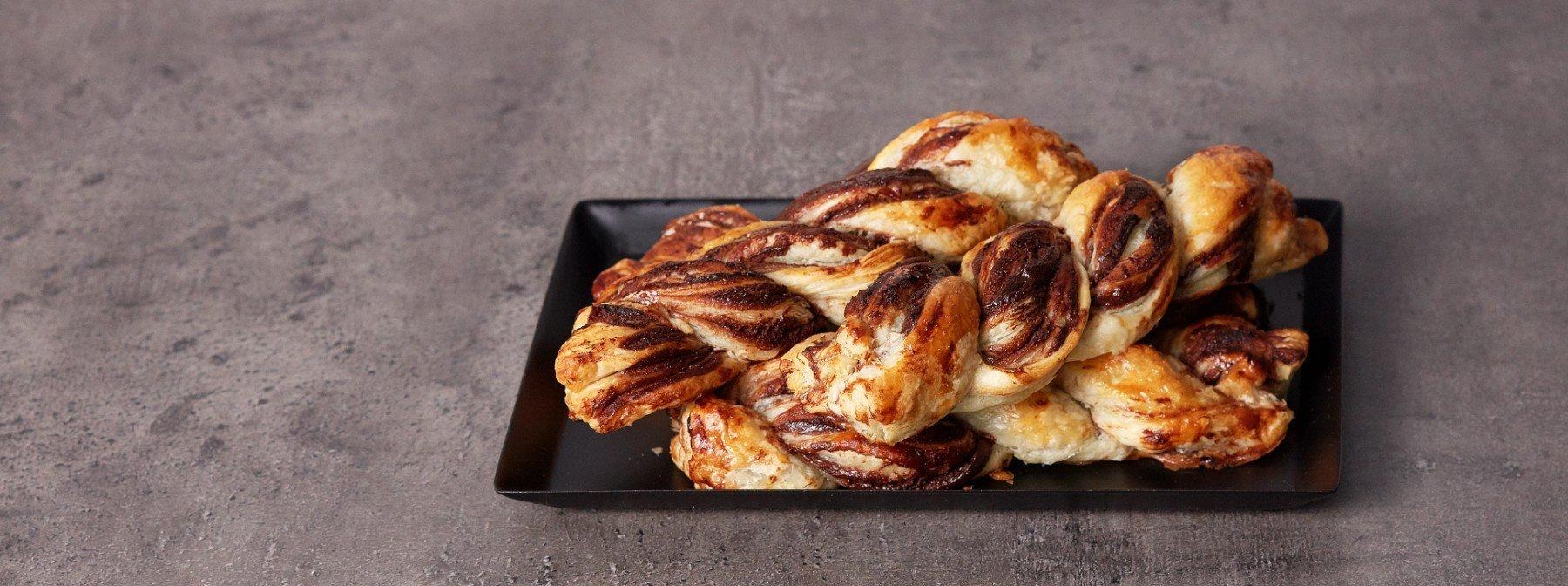 Suklaiset lehtitaikinaleivonnaiset proteiinilevitteellä | Ruokaohje