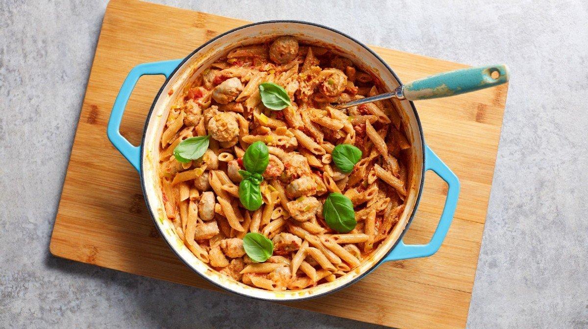 Kevyt pastaresepti | Vähäkalorinen ja kermainen makkarapasta