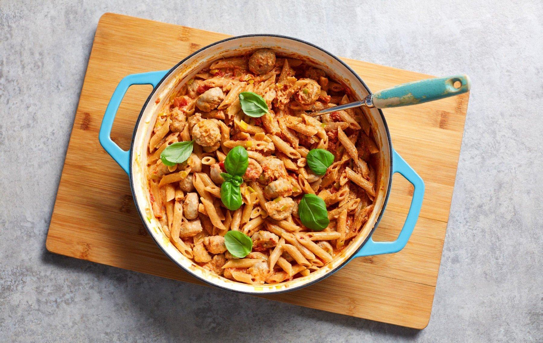 Kevyt pastaresepti   Vähäkalorinen ja kermainen makkarapasta