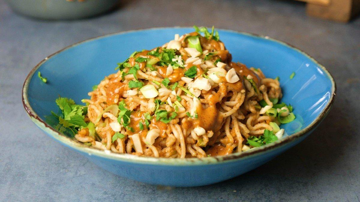 Kermaiset maapähkinänuudelit | 15 min vegaanipäivällinen