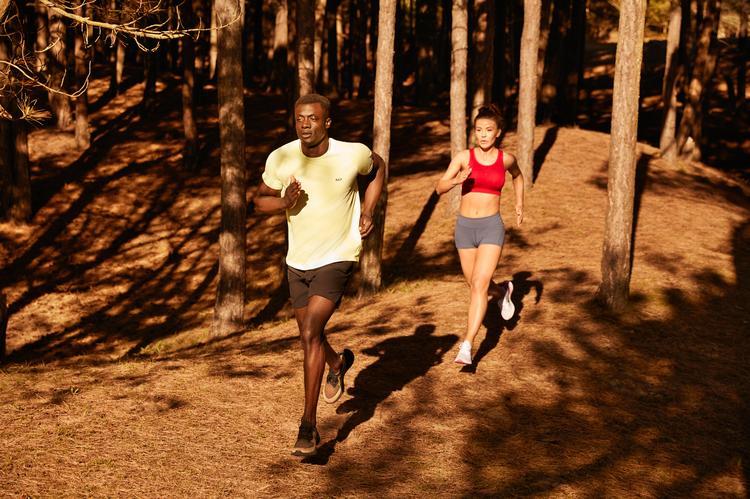homme et femme qui courent dans une foret
