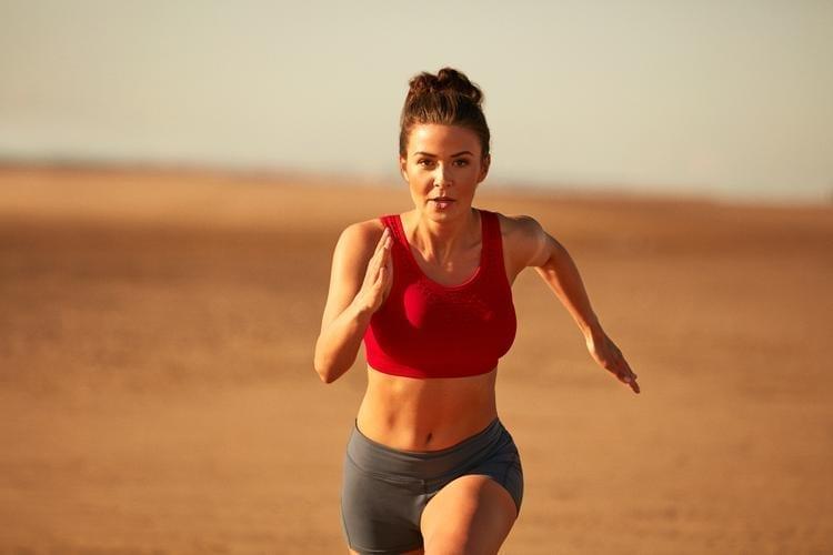 femme qui court dans le désert