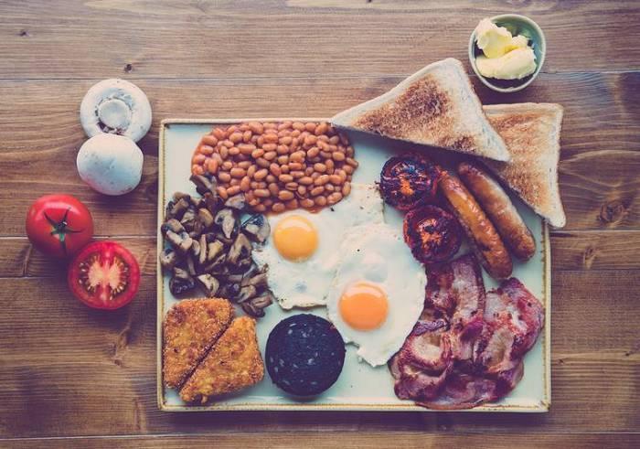 Boost für Körper und Gehirn, Vorteile eines großen Frühstücks & Ziele im Gym für Pärchen | Die Top-Studien der Woche