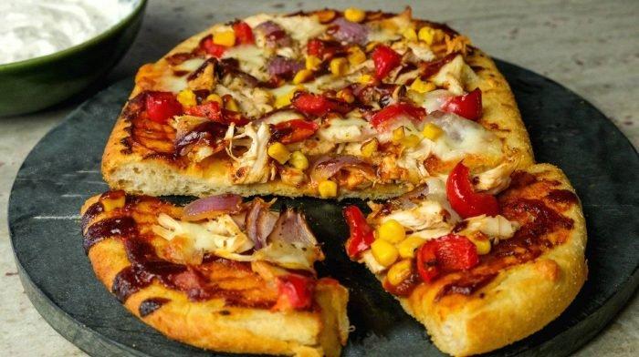 BBQ Hähnchen Pizza mit Knoblauch & Kräuter Dip | Fakeaway Rezepte