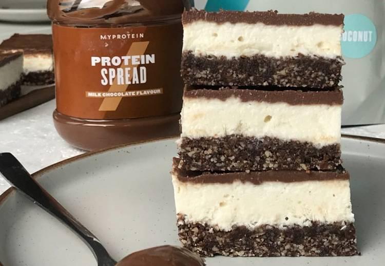 Mit Schokolade überzogene Kokosnuss Protein Schnitten