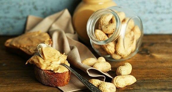 6 gesundheitliche Vorteile von Erdnussbutter & wie du mehr davon in deine tägliche Ernährung unterbringen kannst