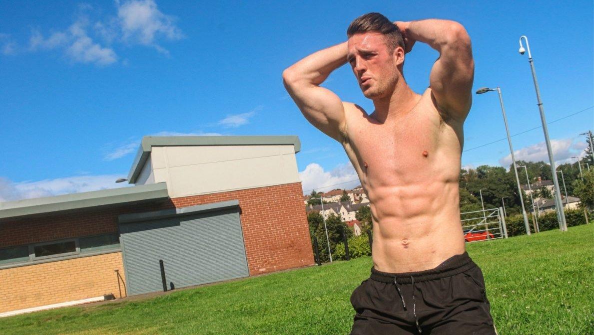 Ein Bodybuilder versucht sich am U.S. Air Force Fitness Test