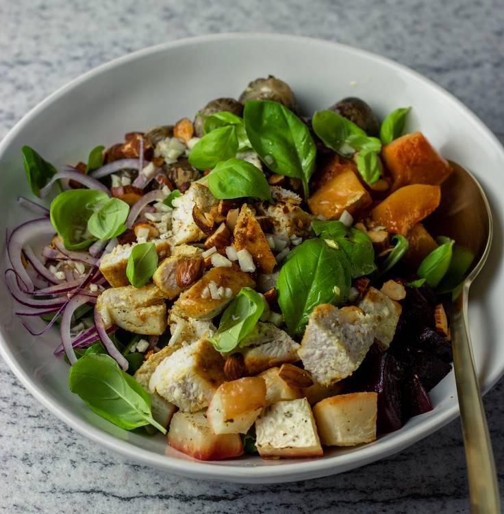 Winter Salat mit gebackenem Hühnerfilet und würzigen Mandeln