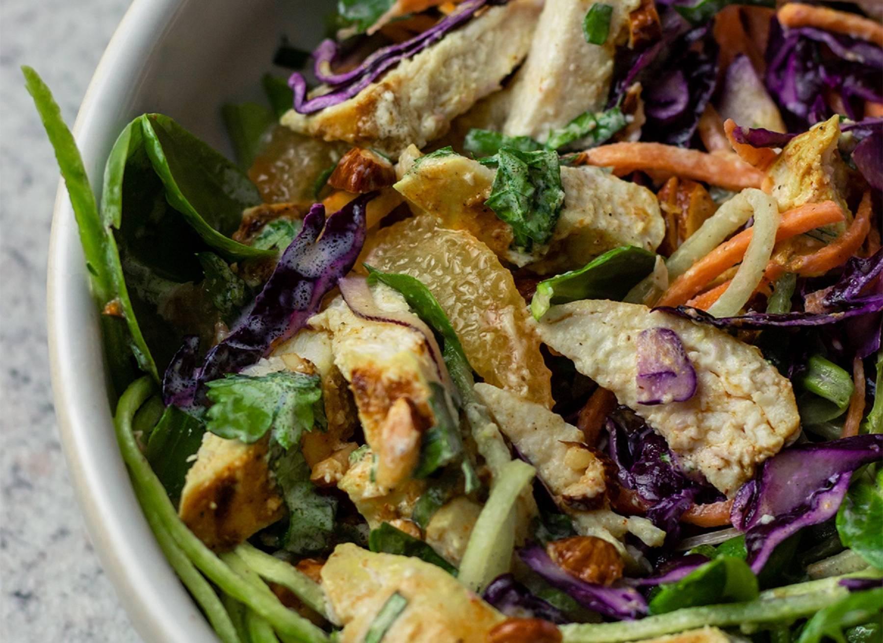 3 Winter-Salate mit gebackenem Hühnerfilet und würzigen Mandeln