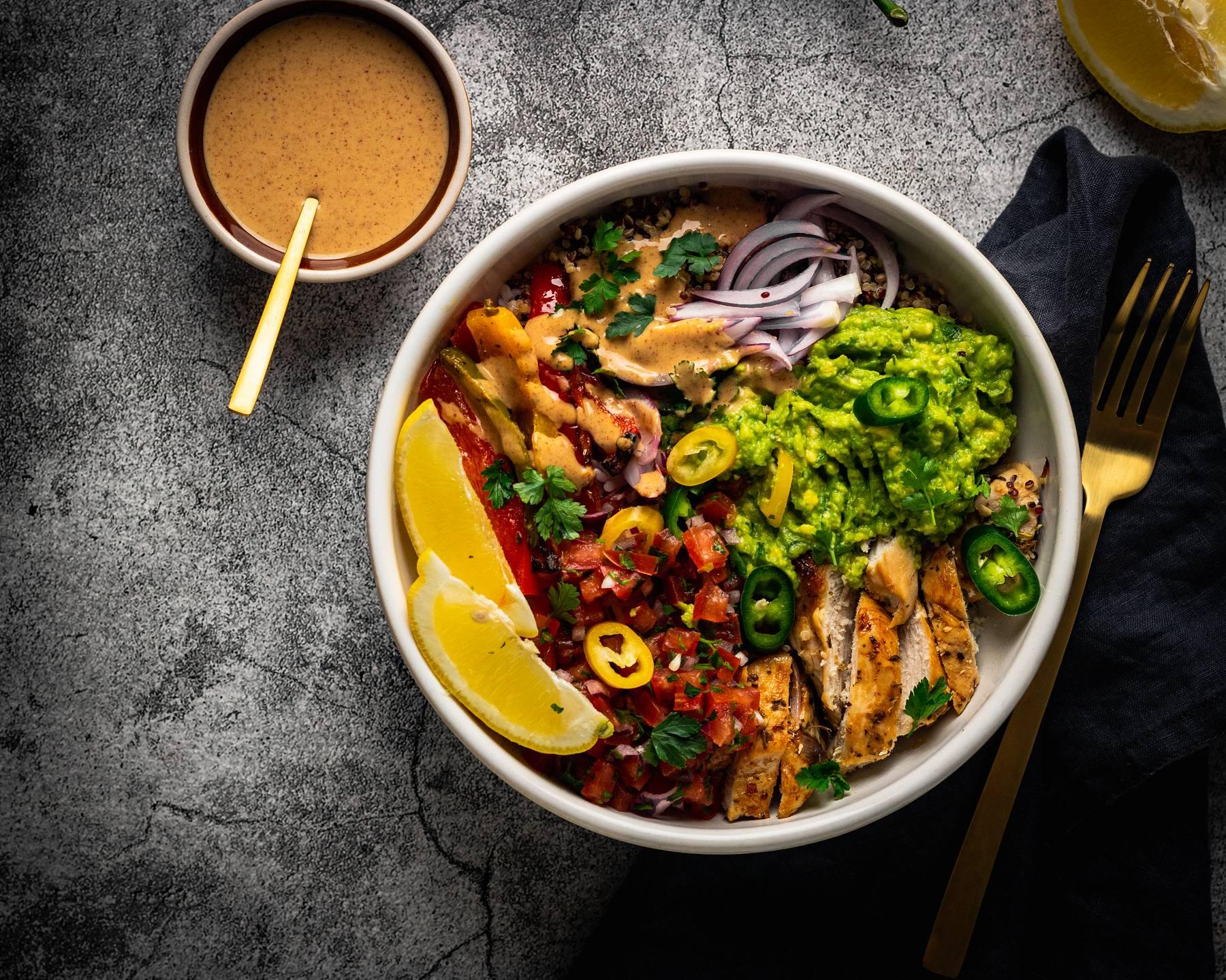 Bowl mit Hühnerfilet mit gebackener Paprika, Tomaten-Salsa & Guacamole