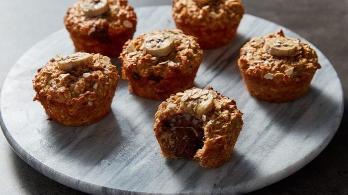 Mit Schokolade gefüllte Bananenbrot Muffins