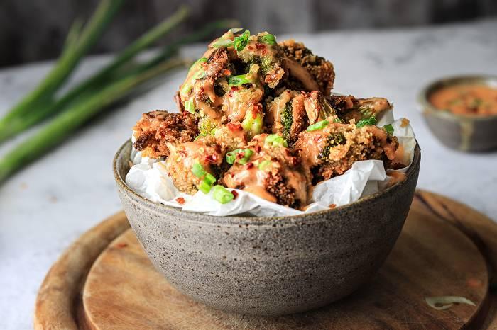 Veganer Knusper-Brokkoli mit Süß-Sauer Dip