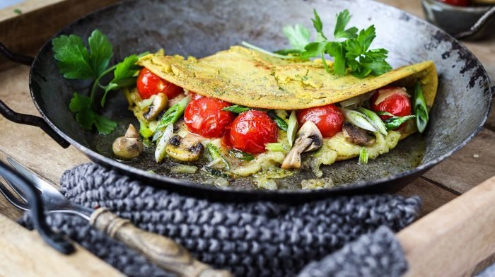 Veganes Käse-Omelette mit Tomaten & Pilzen