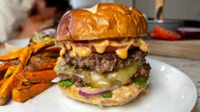 Hausgemachte Smash Burger | Köstliches Fakeaway Rezept
