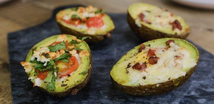 Baked Eggs Zweierlei mit Avocado | Das Keto Frühstück