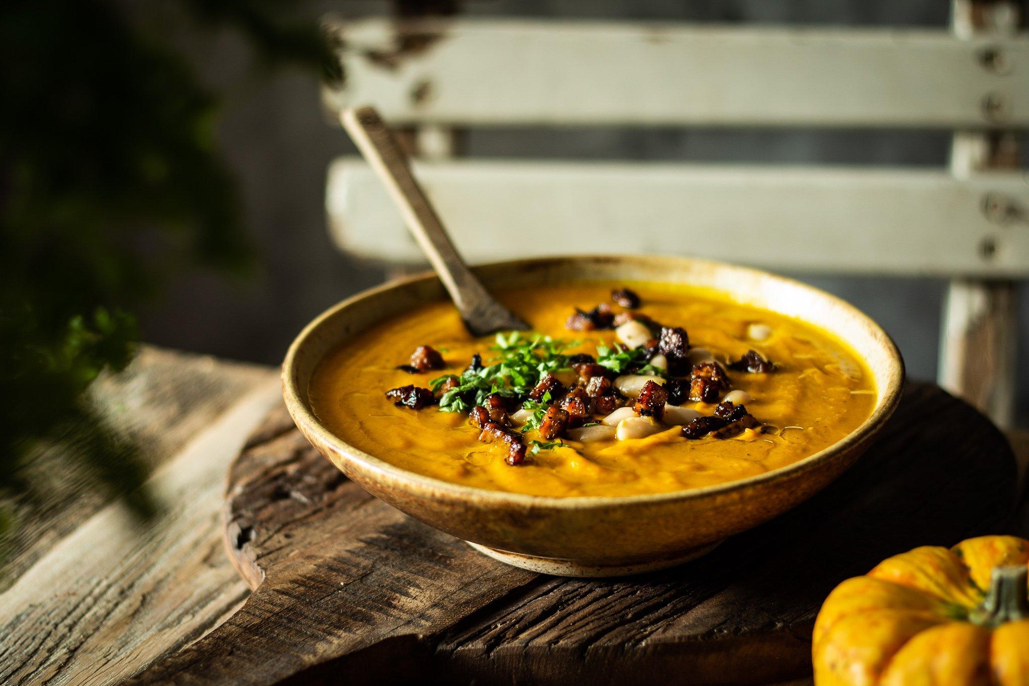 Kürbis-Suppe mit weissen Bohnen und Tofu-Speck